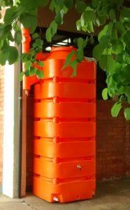 Captação de água da chuva. As escolas também estão aprendendo essa lição