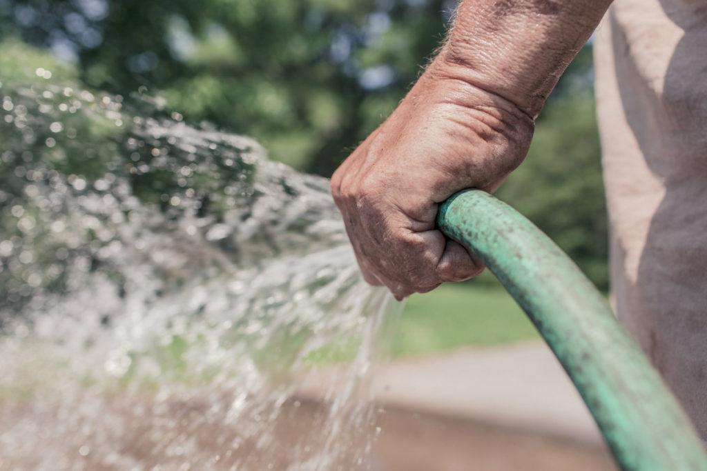 Utilizar água de reúso para lavar calçadas já é obrigatório em São Paulo